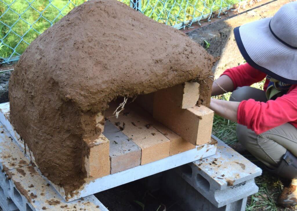 石窯作り 粘土を貼る